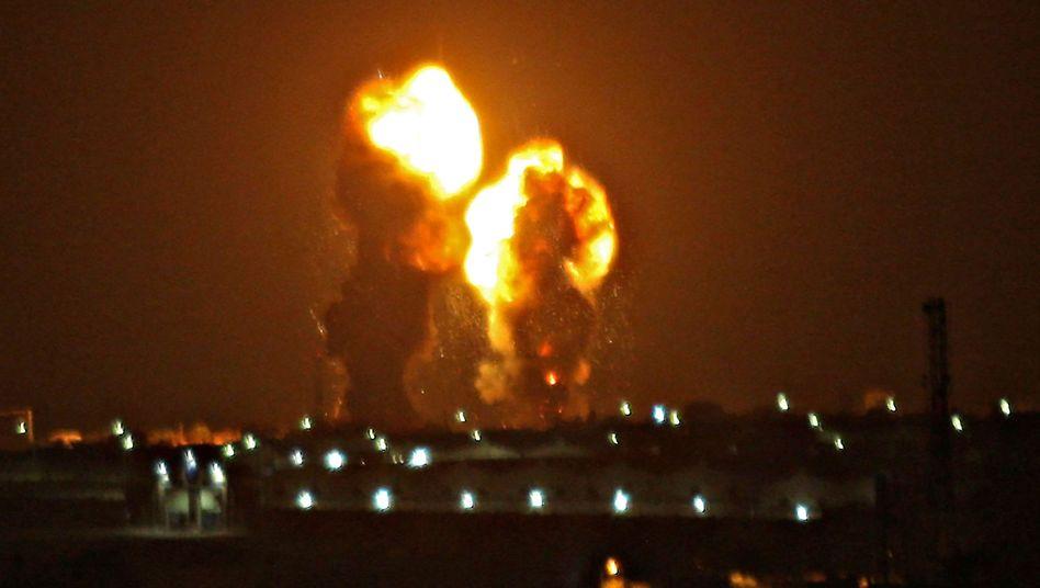 """Explosionen im Gazastreifen: Israelische Kampfflugzeuge flogen in der Nacht auf Freitag Angriffe auf Ziele der Extremistenorganisation """"Islamischer Dschihad"""""""