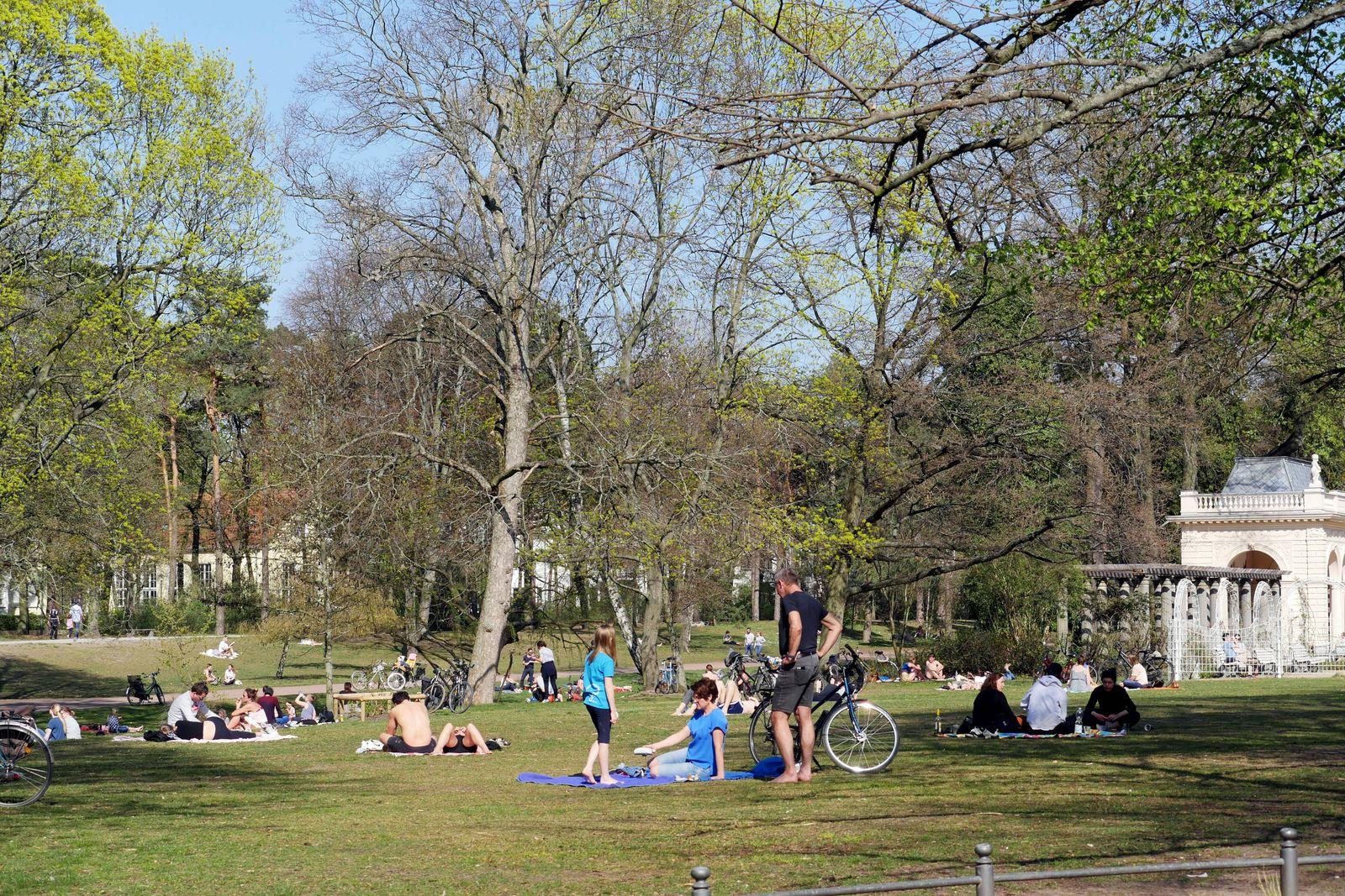 121.04.2020, Berlin - Deutschland. Bei dem tollen Wetter ist es voll draußen, die Leute gehen zu Ostern spazieren oder