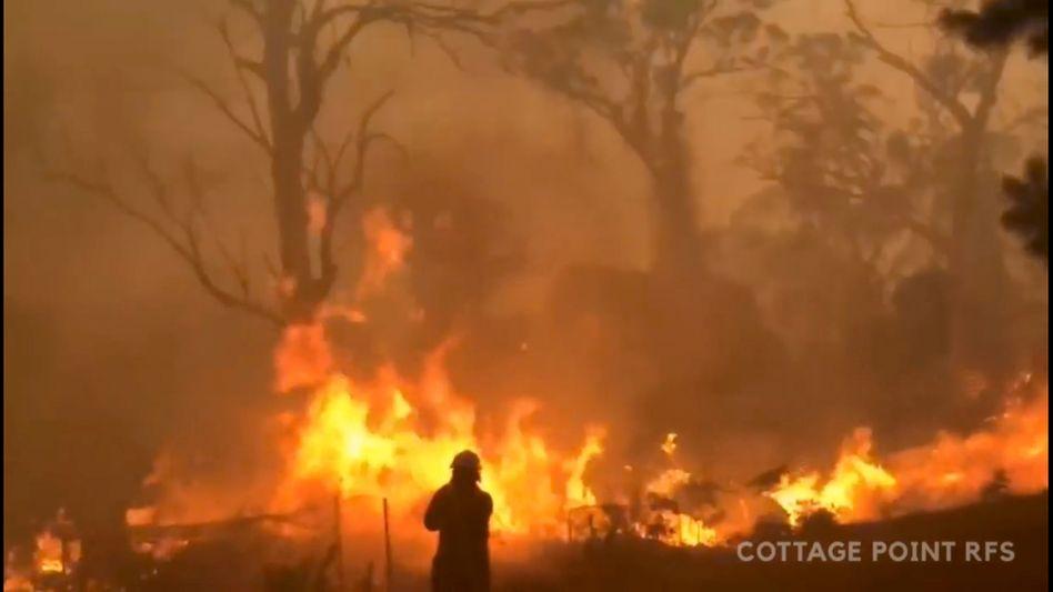 Feuerwehrmann vor Brand auf Gospers Mountain, New South Wales