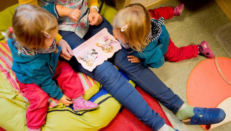 Erzieherin beim Vorlesen in einer Kita in Hannover (Archivbild)