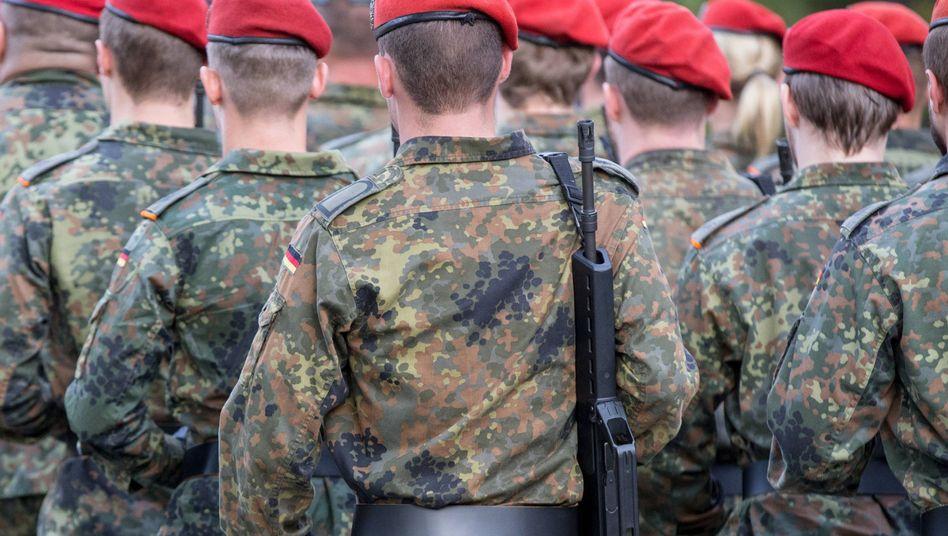 Marschierende Soldatinnen und Soldaten