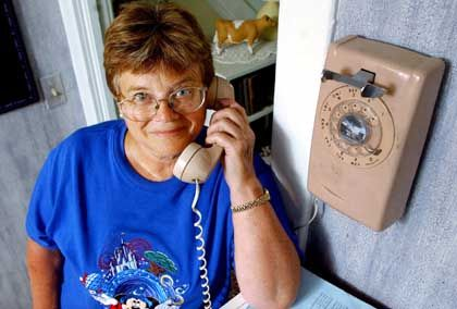 Festnetz-Telefon mit Wählscheibe: Dinger mit langen, schmalen Schnüren für die Buchse