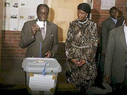 "Präsident Mugabe bei Stimmabgabe: US-Präsident kritisiert ""Wahlfälschung"""