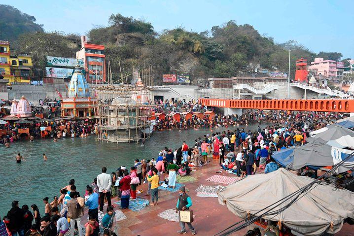 Zahlreiche Inder feiern das Krugfest am Gangesufer