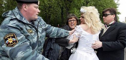 Handfester Einsatz: Polizist bei der Schwulen-Demo in Moskau