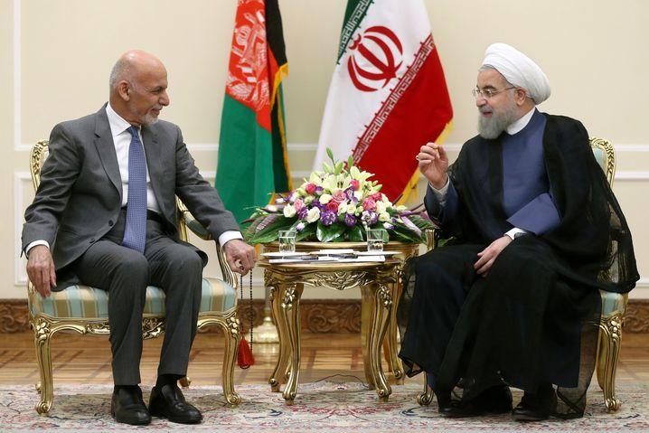 Afghanistans Präsident Ghani (l.) mit seinem Amtskollegen Rohani