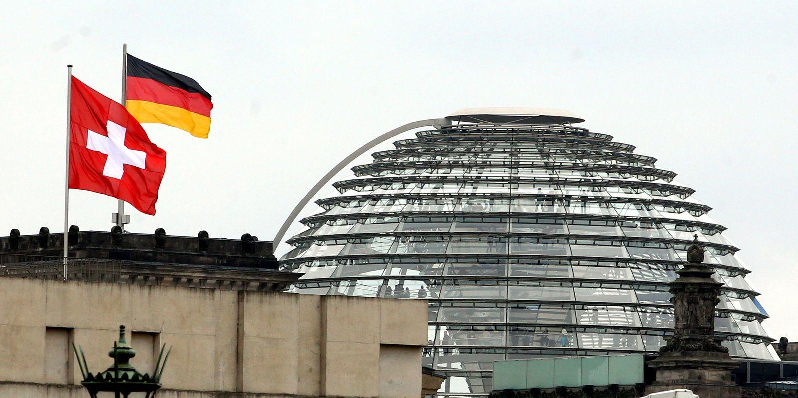 Reichstag/ Flaggen Schweiz/ Deutschland