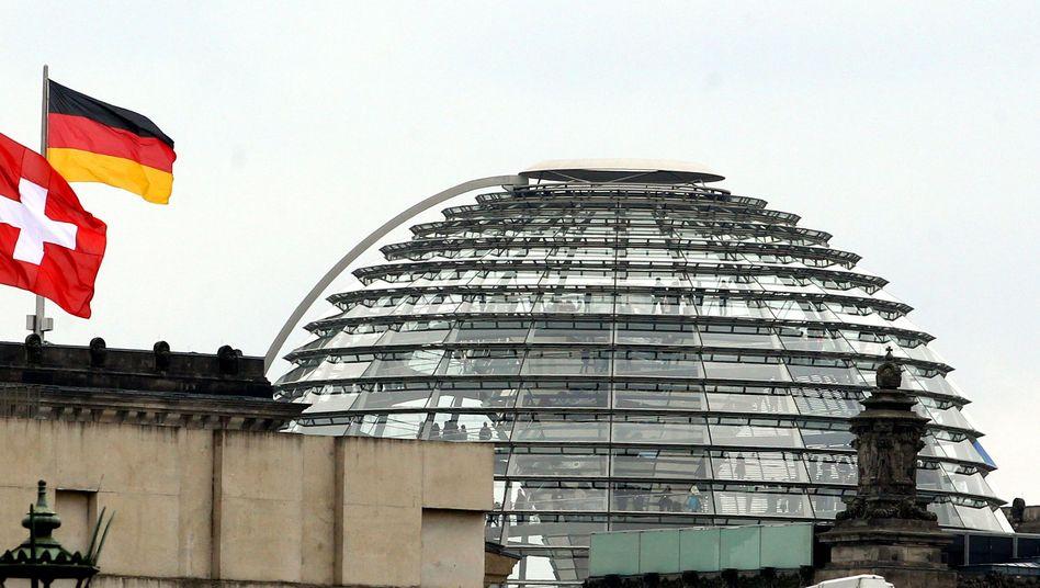 """Deutsche und Schweizer Fahne vor dem Reichstag: """"Abkommen wäre flächendeckende Lösung"""""""