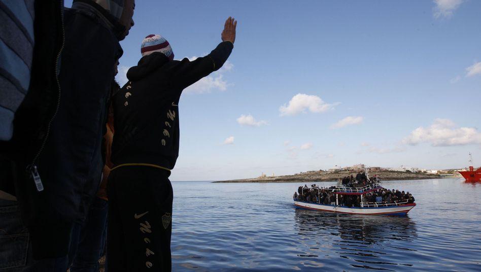 Ankunft eines Flüchtlingsbootes: Tunesier grüßen ihre Landsmänner