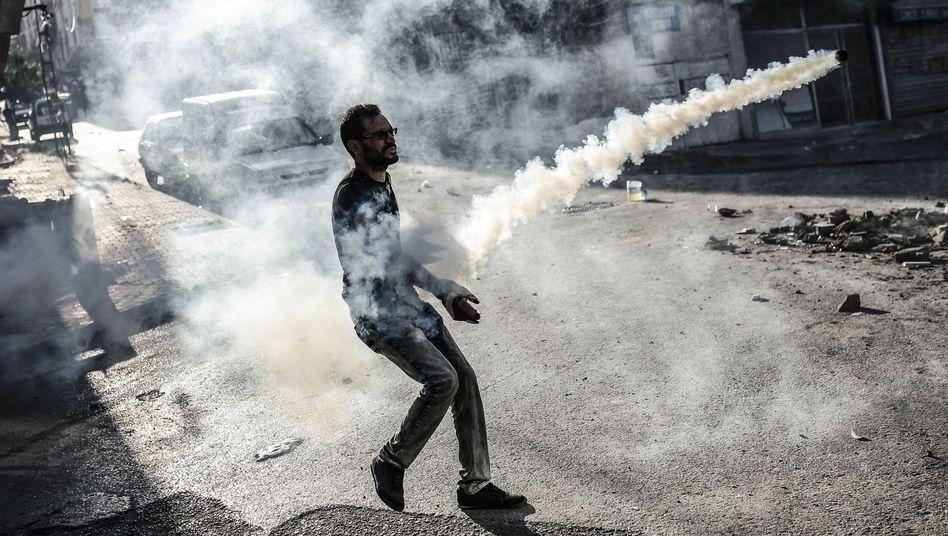 Ein Demonstrant inmitten von Tränengas: Einen für Sonntag geplanten Friedensmarsch in Istanbul haben die Behörden untersagt