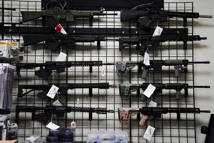 Halbautomatische Gewehre in einem Shop in Kalifornien