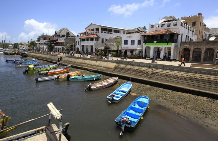 Lamu: Auch von der historischen Altstadt aus war das Feuer des Treibstofflagers auf der gegenüberliegenden Insel Manda zu sehen