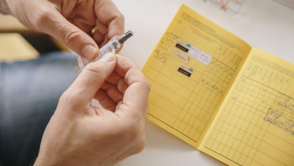 Sticker im Impfpass dokumentieren, welche Impfungen verabreicht wurden