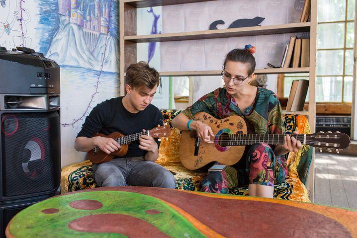 Anja spielt Gitarre, sie stammt wie Arina aus Tschernjachowsk