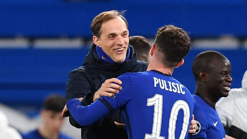 Trainer Thomas Tuchel freut sich mit Christian Pulisic