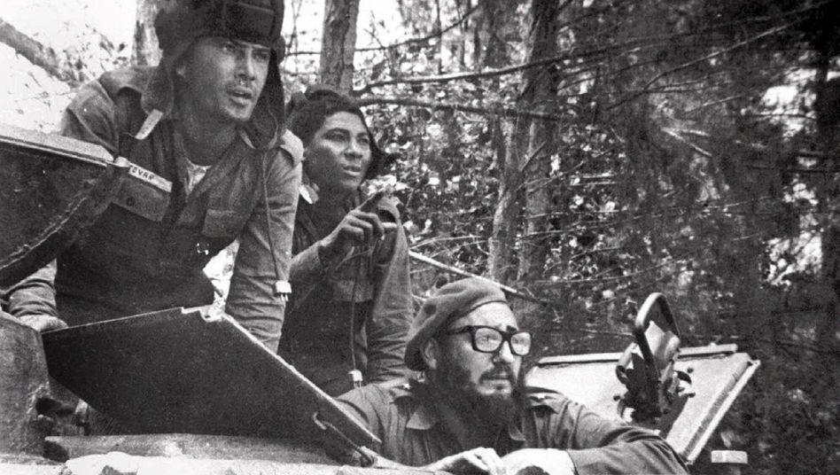 Fidel Castro (Bildmitte; mit Brille) am 17. April 1961 in einem Panzer nahe der Schweinebucht: »Erste große Niederlage des nordamerikanischen Imperialismus in Lateinamerika«