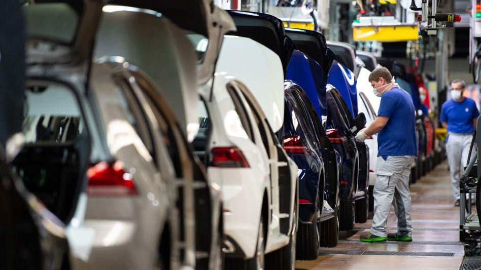 Mitarbeiter im VW-Werk in Wolfsburg: Anforderungen an Beschäftigte ändern sich rapide