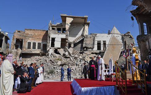 Papst Franziskus vor den Ruinen der christlichen Kirche Al-Tahira Al-Kubra in Karakosch