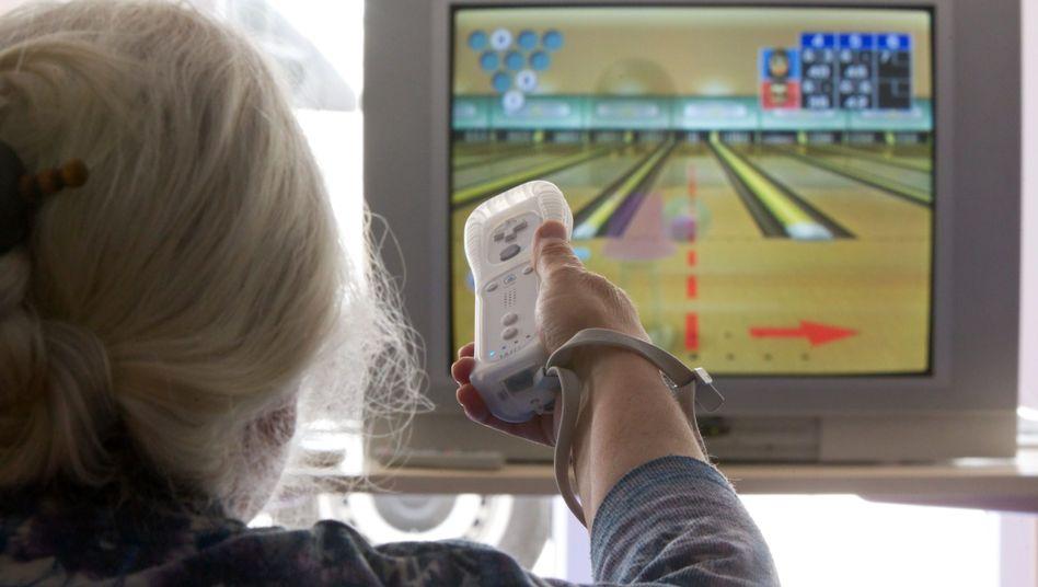 Seniorin beim Wii-Spielen: Ein Hobby, das körperlich zumindest ein wenig fordert