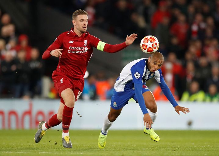 Liverpools Kapitän Jordan Henderson (l.) im Duell mit Portos Yacine Brahimi