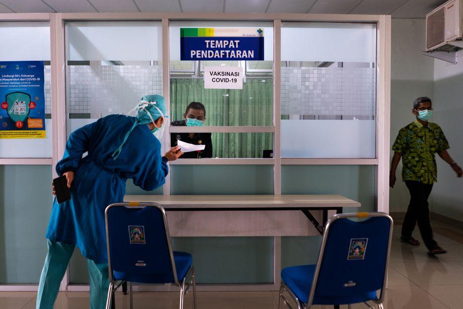 Di sini tusukannya: staf klinik mendaftar untuk vaksinasi, yang dilakukan oleh departemen kesehatan daerah