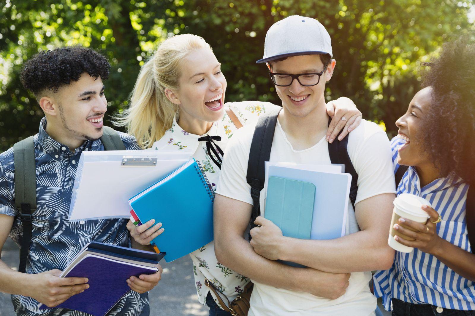 EINMALIGE VERWENDUNG Studenten vor Universität