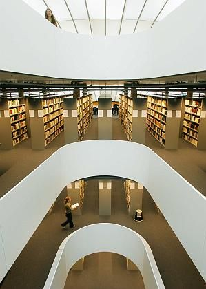Für Schummler überflüssig: Gang in die Bibliothek