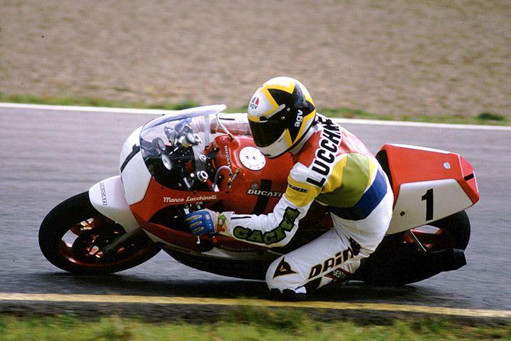 Der große Racer: Marco Lucchinelli fuhr auf einer Suzuki die bislang schnellste Runde auf der Nordschleife. Das Bild zeigt den Zweiradpiloten allerdings auf einer Ducati 851 SBK
