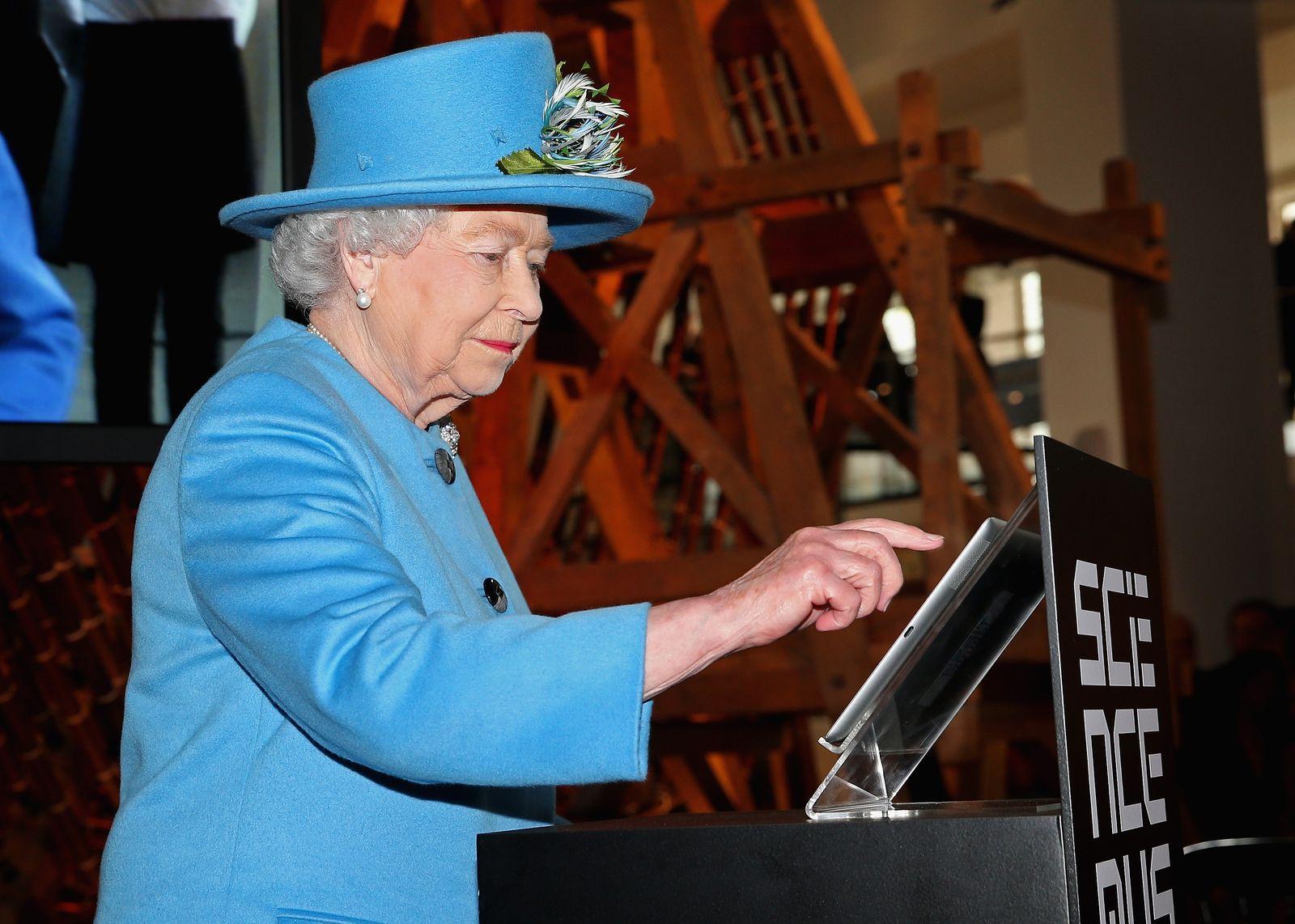 Queen Elizabeth / Computer / tweet