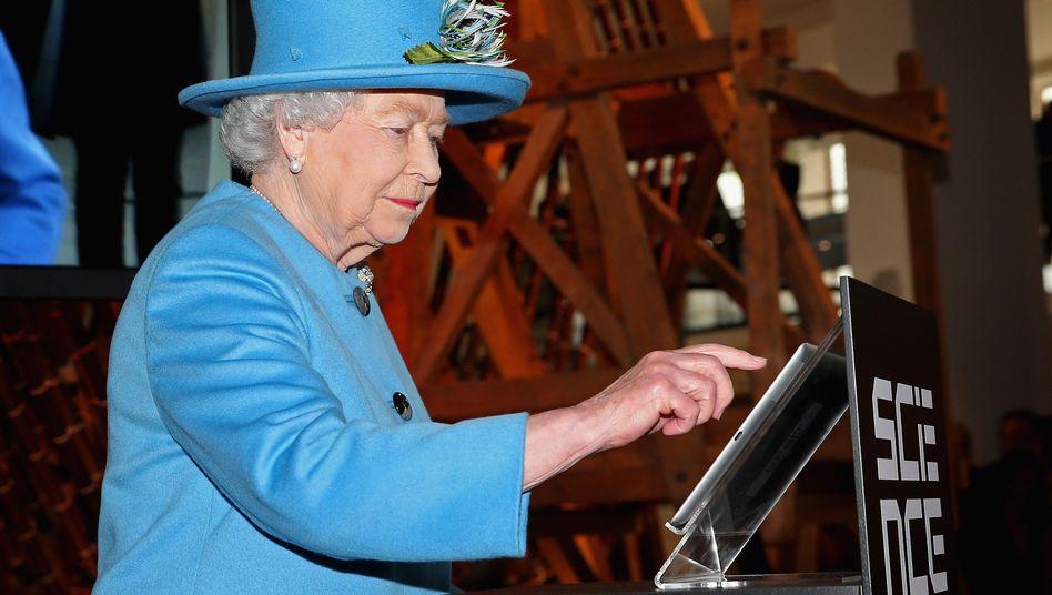 Königin Elisabeth beim Twittern