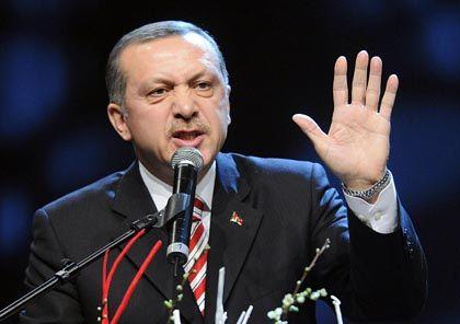 """Türkischer Ministerpräsident Erdogan in der Kölnarena: """"Verbrechen gegen die Menschlichkeit"""""""