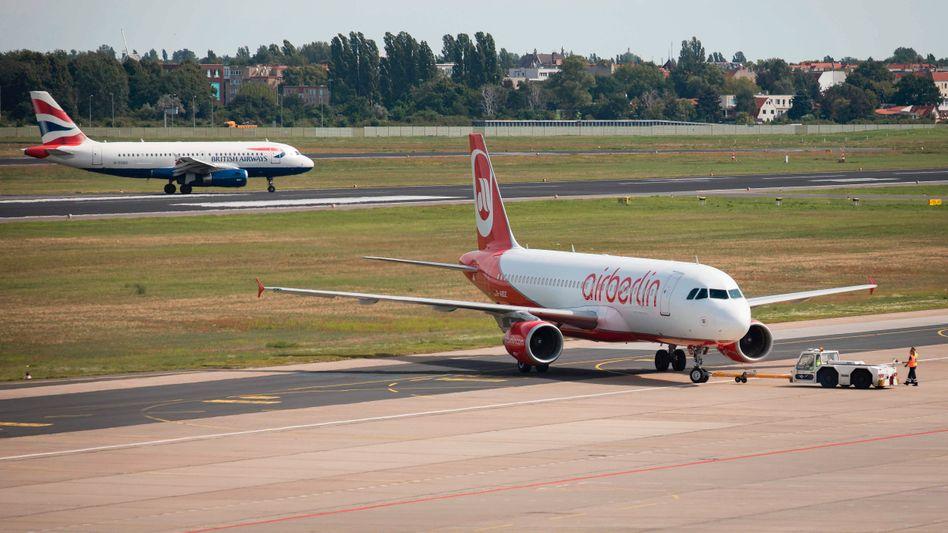 Air-Berlin-Maschine (im Vordergrund)