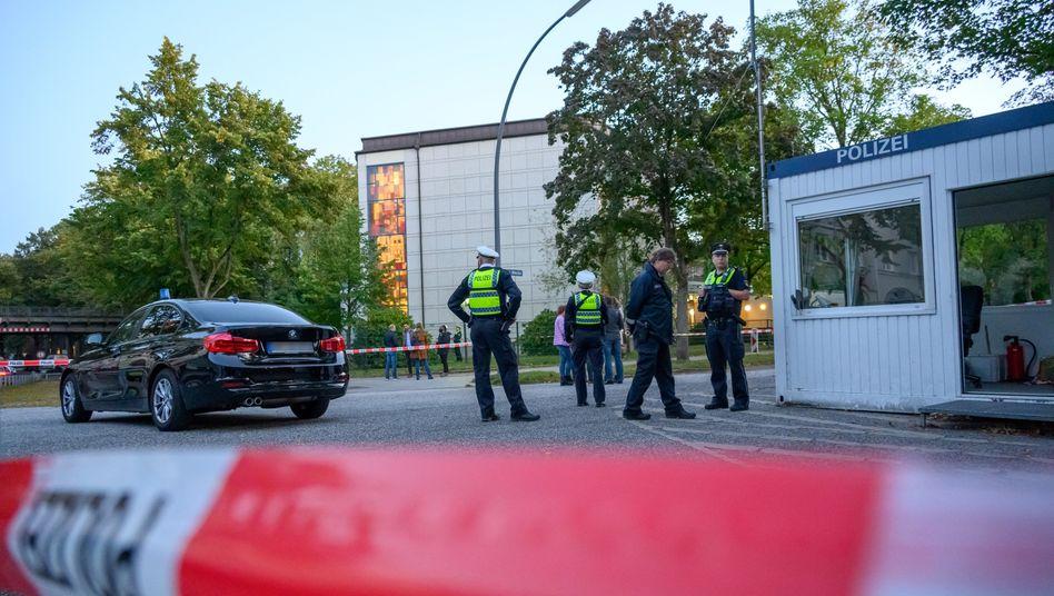 Einsatzkräfte bewachen den Tatort vor der Synagoge in Hamburg (Archiv)