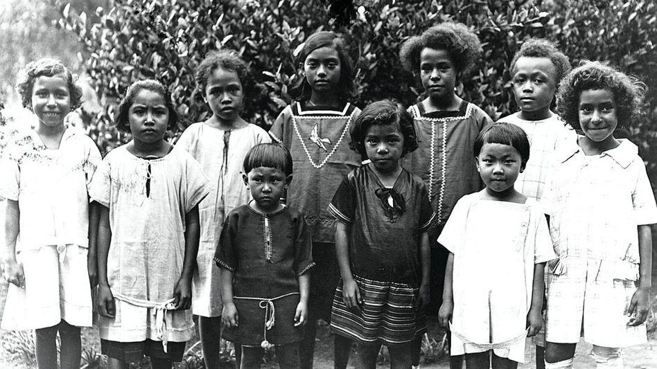 Zöglinge der deutschen Missionsschule in Vunapope auf der Insel Neupommern (heute Neubritannien) in Papua-Neuguinea 1927