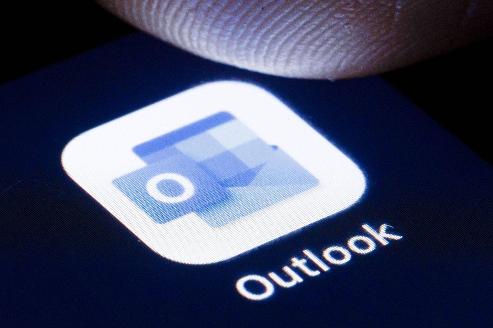 Das Logo der Software Microsoft Outlook ist auf dem Display eines Smartphone zu sehen. Berlin, 22.04.2020. Berlin Deutsc