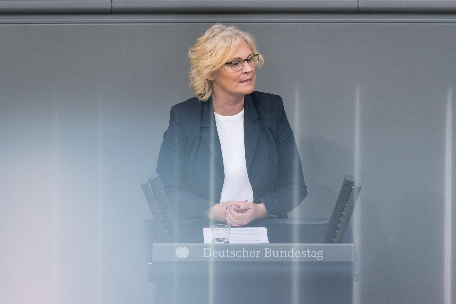 Berlin, Plenarsitzung im Bundestag Deutschland, Berlin - 06.05.2020: Im Bild ist Christine Lambrecht (Bundesministerin