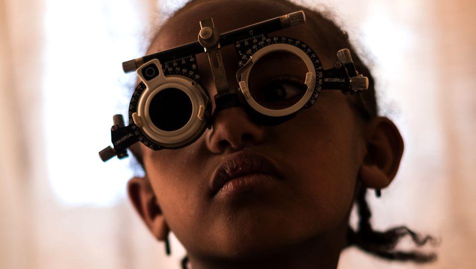 Untersuchung in Krankenstation in Äthiopien: Gerade Mädchen und Frauen sind von der Krankheit Trachom betroffen, die zu Blindheit führen kann