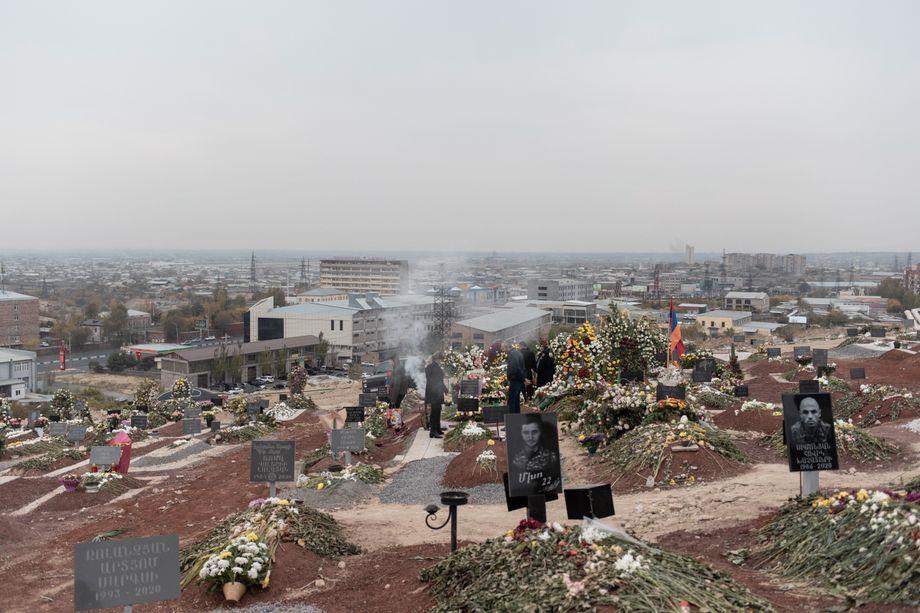 Eine Familie nimmt Abschied auf dem Jerablur Friedhof in Armeniens Hauptstadt Eriwan