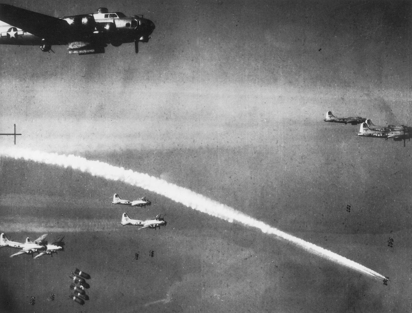 """Bomber vom Typ B 17 """"Flying Fortress"""" bei einem Luftangriff über Deutschland"""