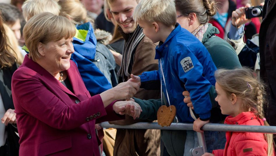 """Angela Merkel in Nürnberg: """"Dann sind wir ja schon drei"""""""