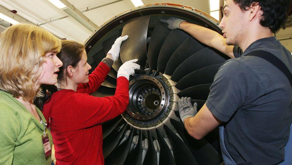 Schülerinnen im Rolls-Royce-Werk in Dahlewitz: Einmal ein großes Rad drehen