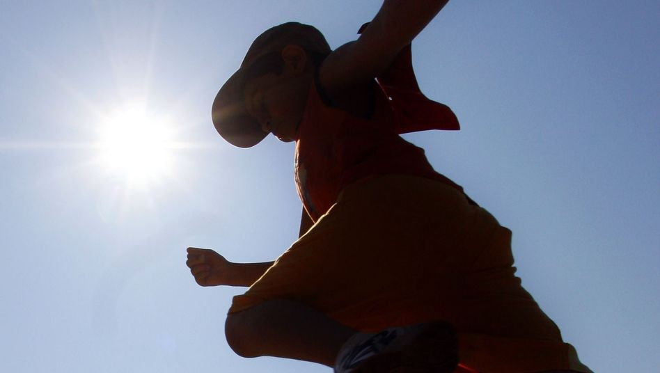 Ein Junge hechtet in die Weitsprunggrube: Das ganze Leben ist Wettbewerb