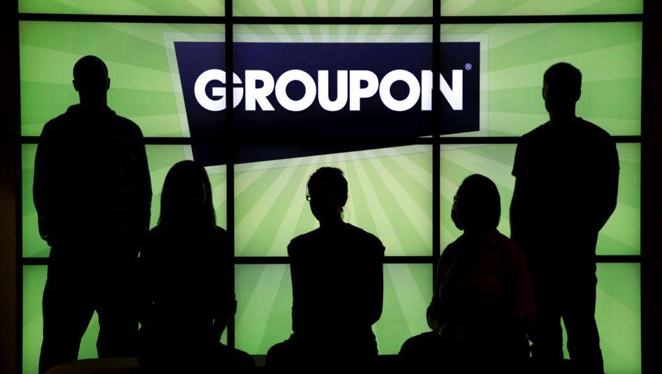 Groupon-Mitarbeiter vor dem Firmen-Logo: Zweifel am Geschäftsmodell