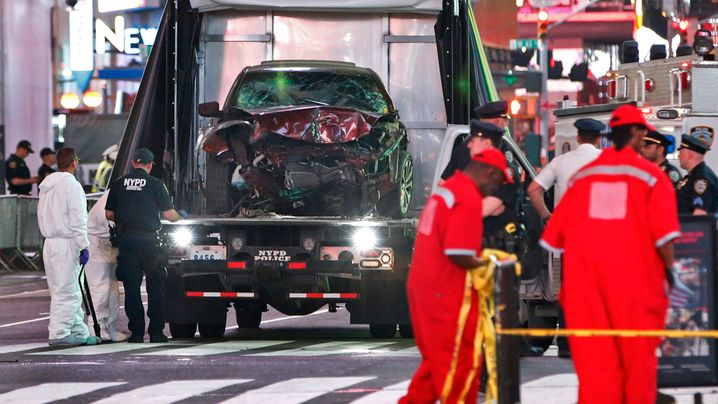 New York: Autocrash auf dem berühmten Times Square