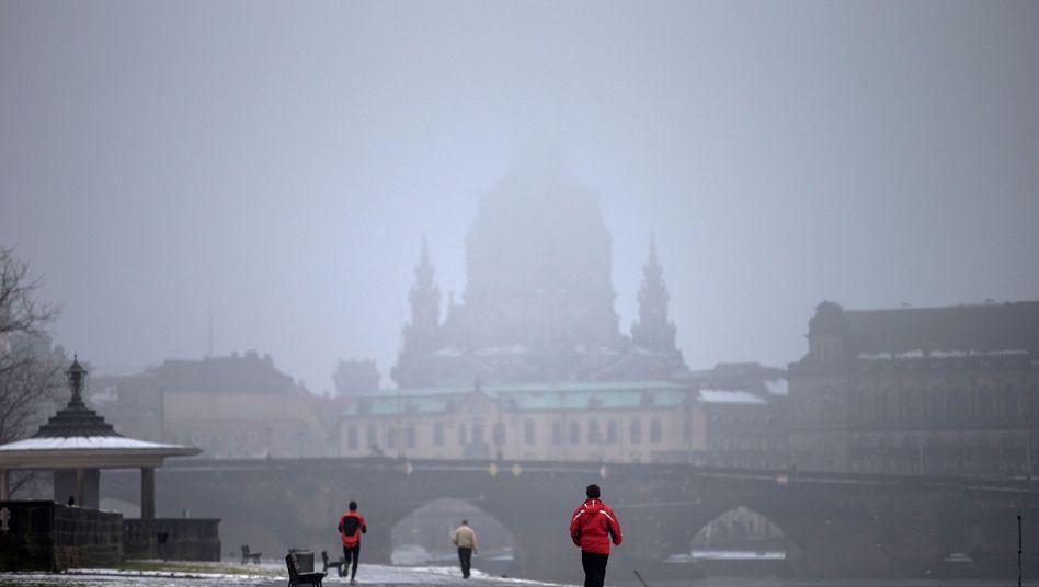 Elbufer in Dresden: Frauenkirche im Nebel