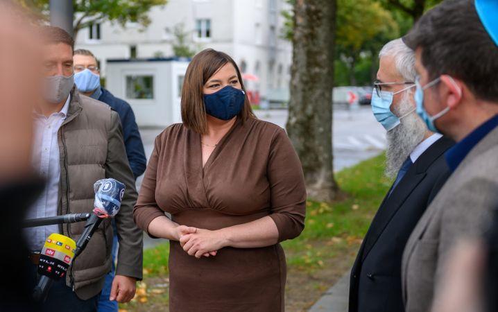 Hamburgs Vizebürgermeisterin Fegebank vor der Synagoge: Der Angriff dürfe nicht als Tat von Einzelnen abgetan werden