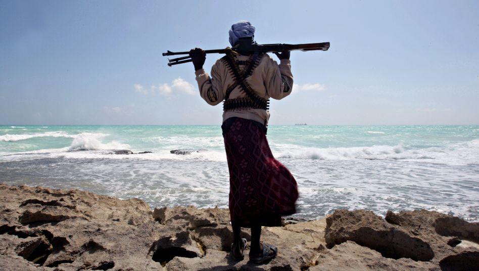 Somalischer Pirat bei der Patrouille: Lukrative Raubzüge als Wirtschaftsfaktor