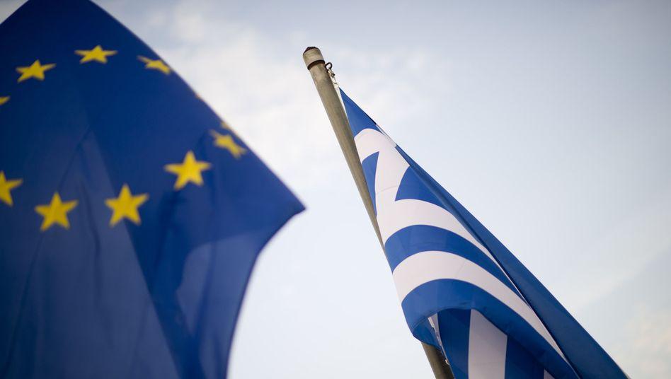 Flaggen der EU und Griechenlands: Verwirrung um angebliche Euro-Abstimmung