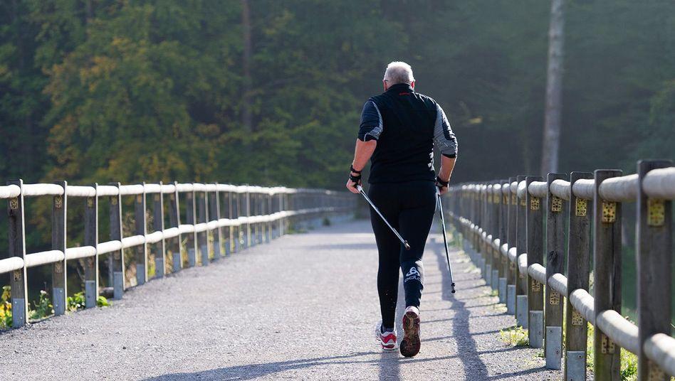 Jeden Tag 30 Minuten zügiges Gehen ist für einen Patienten mit einer Herz-Kreislauf-Erkrankung die richtige Dosis