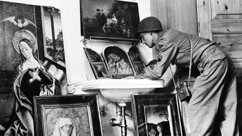 US-Soldat sichtet im Mai 1945 Beutekunst, die bei Hermann Göring sichergestellt wurde